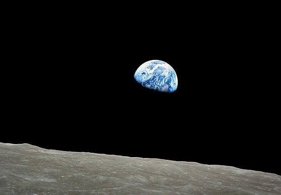La celebre foto dell'alba della Terra ripresa dalla missione Apollo 8. La prima con equipaggio a bordo a raggiungere l'orbita lunare