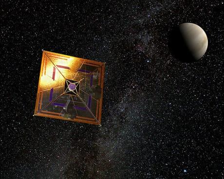 Illustrazione della vela solare della missione giapponese IKAROS, lanciata nel 2010, la prima che ha dimostrato la tecnologia della vela solare nello spazio interplanetario. (Wikimedia Commons)