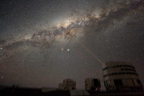 Una foto della Via Lattea sopra l'osservatorio del Paranal, in Cile, dell'European Southern Observatory. (Credit: ESO/Wikimedia Commons)