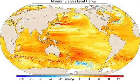 Variazioni altimetriche dei mari su scala globale: in blu/azzurro quelle negative, in giallo/rosso quelle positive. La scala va da -10 a +10 millimetri/anno. (Cortesia John T. Fasullo)