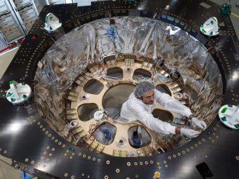 Integrazione del modulo di servizio del satellite Euclid presso la sede principale di Thales Alenia Space a Torino, Italia. Crediti: Thales Alenia Space