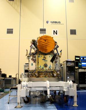 CHEOPS nell'hangar/laboratorio dove si assembla il corpo con gli strumenti e si effettuano alcuni test.