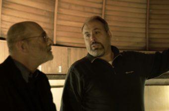 Un fotogramma del film dentro la cupola dell'Osservatorio di Campo Imperatore. A sinistra, il regista Felice Farina. A destra, Andrea Di Paola, ricercatore dell'Istituto nazionale di astrofisica