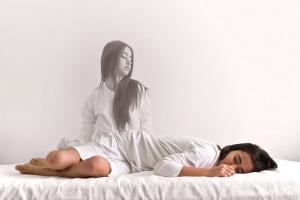 Spesso chi ha vissuto una NDE riferisce la sensazione di essere uscito dal proprio corpo e aver osservato la scena da fuori. | Shutterstock