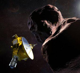 """Illustrazione della sonda spaziale New Horizons della Nasa che sorvolerà MU69 del 2014, soprannominato """"Ultima Thule"""", tra soli quattro giorni. Sarà il più lontano sorvolo di una sonda spaziale nella storia. Crediti: NASA/JHUAPL/SwRI."""