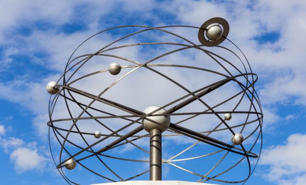 L'Urania Weltzeituhr, l'orologio universale simbolo di Berlino.|Shutterstock