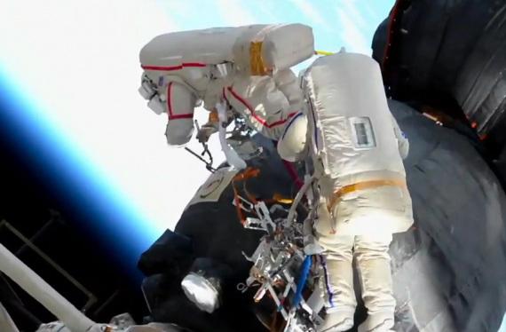 Lo strato isolante esterno della Soyuz MS-09 viene inciso e tagliato per esporre il foro sottostante. | NASA TV