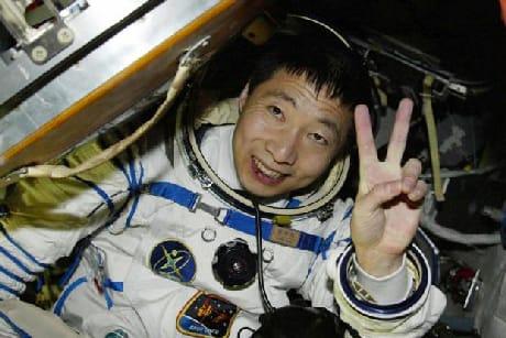 Yang Liwei, il primo taikonauta cinese. Il suo volo, nell'ottobre 2003, ha segnato l'ingresso definitivo della Cina nel gruppo delle potenze spaziali (CNAS)