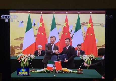 La firma dell'accordo tra l'Agenzia spaziale italiana (ASI) e la China Manned Space Agency (CMSA) per nuove sperimentazioni scientifiche a bordo della Stazione spaziale cinese nell'ambito del volo umano. L'intesa è stata firmata a Pechino nel 2017 dal Presidente dell'ASI, Roberto Battiston, e dal Direttore Generale di CMSA, Wang Zhaoyao, in occasione della visita di stato del Presidente della Repubblica Sergio Mattarella. (CCTV/ASI)