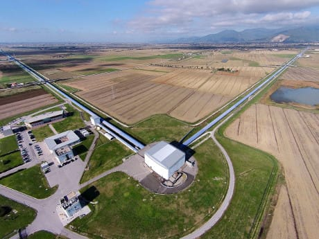 Veduta aerea dell'interferometro Virgo, situato a Cascina, in provincia di Pisa (Cortesia Collaborazione Virgo)