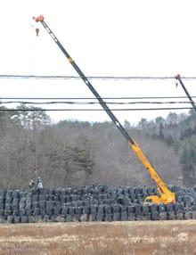 Rimozione degli strati superficiali di terreno contaminato nel distretto di Futaba, nei pressi di Fukushima. (Xinhua/Photoshot / AGF)