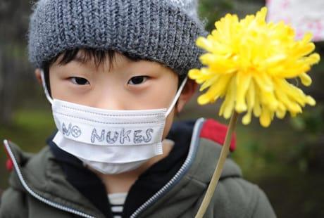 Uno dei partecipanti a una manifestazione anti-nucleare svoltasi a Tokyo. (Xinhua/Photoshot/AGF)