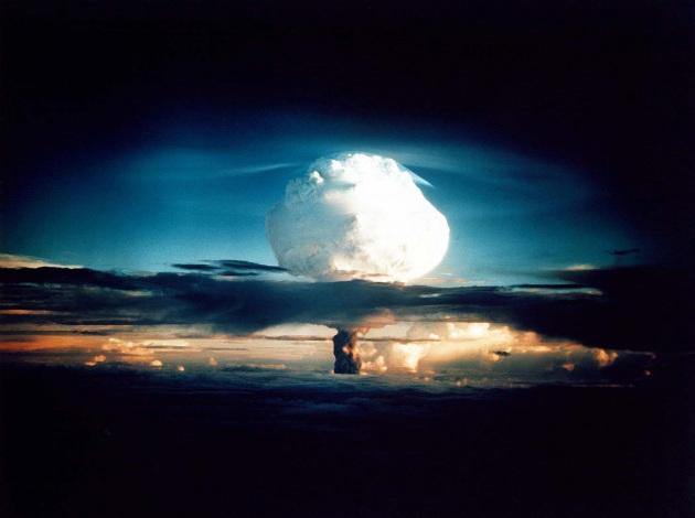 """2 minuti alla mezzanotte erano scoccati anche nel 1953, a pochi mesi dalla detonazione (in foto) della prima bomba all'idrogeno (""""Ivy Mike""""), con la potenza di 10,4 Megatoni, quasi mille volte più potente di quella sganciata su Hiroshima."""