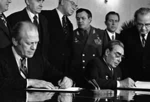 Gerald Ford (presidente Usa) e Leonid Brezhnev (Segretario generale del Partito comunista dell'Unione Sovietica) firmano il SALT 1, primo trattato di non proliferazione nucleare. All'inizio degli anni '70, in un clima di generale ottimismo, il Doomsday Clock fece un balzo all'indietro, allontanando le lancette dalla mezzanotte.