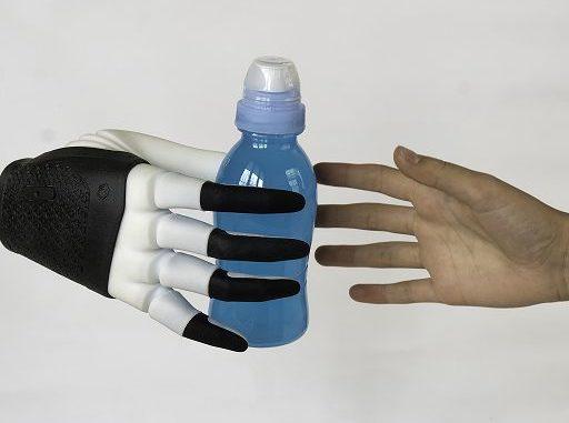 Allo studio robot che passano oggetti agli uomini