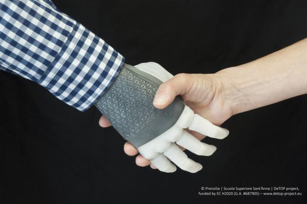 Una mano robotica, sensibile al tatto e comandata da input neuromuscolari, da utilizzare nella vita di tutti i giorni.|Prensilia/Scuola Superiore Sant'Anna/DeTop project