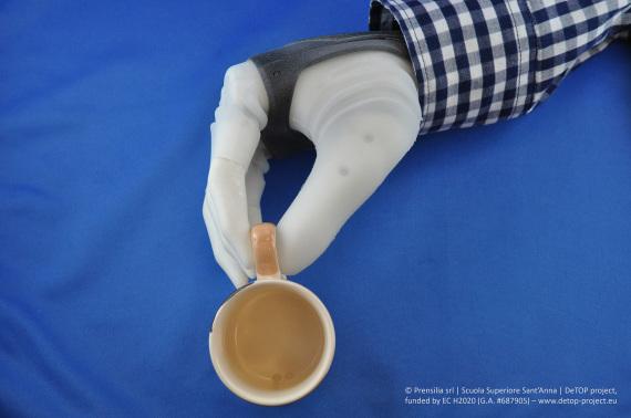 Alcuni esempi delle capacità della mano robotica sviluppata in Italia. | Prensilia/Scuola Superiore Sant'Anna/DeTop project