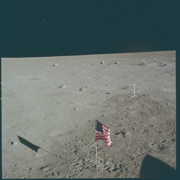 Bandiera americana sulla Luna