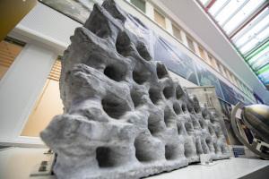 Un blocco da costruzione da 1,5 tonnellate realizzato con una stampante 3D a partire dal materiale del suolo lunare ricreato in laboratorio. | Esa