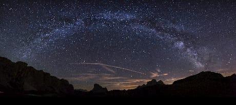 Una spettacolare vista della Via Lattea sopra le Dolomiti (AGF)