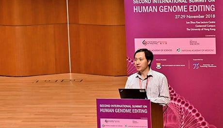 He Jiankui nel corso della presentazione del suo lavoro a Hong Kong nel novembre scorso (Wikimedia Commons)