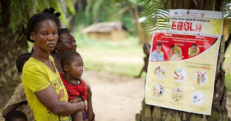 Avvisi sulle modalità di trasmissione del virus affissi per sensibilizzare la popolazione. (Cortesia WHO/L. Gutcher)