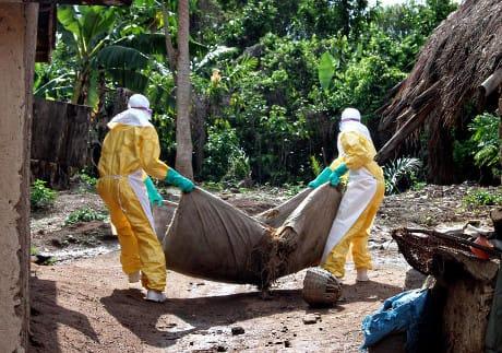 02/08/2014 Kailahun, Sierra Leone, i volontari della Croce Rossa della Guinea durante le operazioni di prevenzione per gestire l'epidemia di Ebola