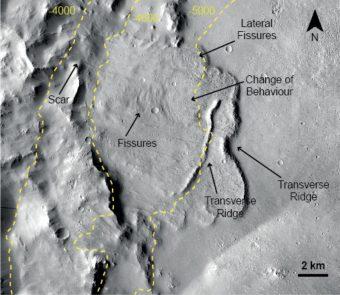 Il fondo di uno dei crateri analizzati, anticamente riempitosi d'acqua proveniente da falde acquifere. Crediti: Nasa/Jpl-Caltech/Msss; F. Salese et al. (2019)
