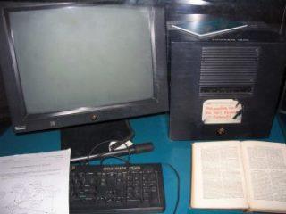 Il computer NeXT Cube utilizzato da Tim Berners-Lee come primo Server Web, esposto al Museo Microcosm del Cern. Da Wikipedia