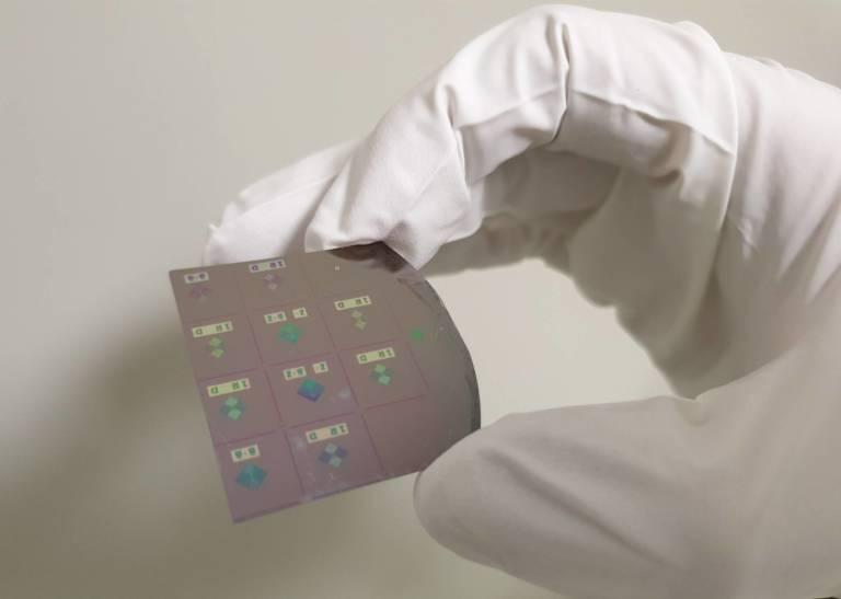 Circuiti crosspoint di memristori realizzati con processo di litografia ottica in clean room. Ognuno dei circuiti permette di risolvere un sistema di equazioni lineari in una sola operazione.