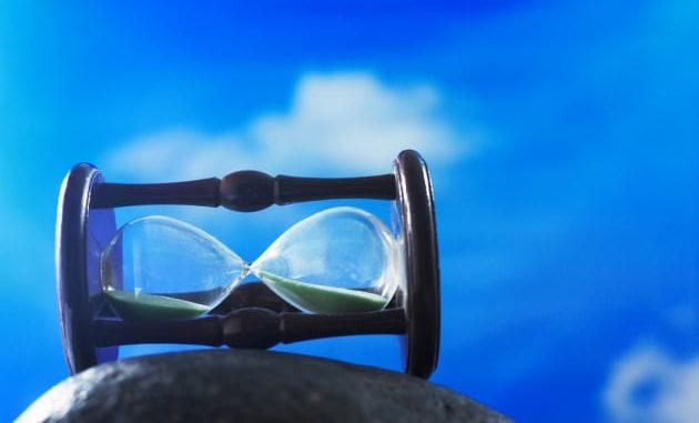 Far risalire la sabbia di una clessidra: un'immagine concettuale del concetto di inversione del tempo.|SHUTTERSTOCK