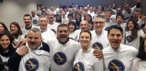 """I dipendenti di Leonardo a Campo Bisenzio, riuniti per assistere al lancio del """"loro"""" Prisma."""