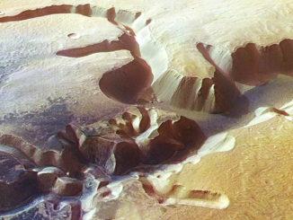 Una immagine di Marte. Le nuove spettacolari immagini da Marte sono inviate dalla sonda Mars Express dell'Agenzia Spaziale Europea che mostrano ancora una volta la firma dell'acqua sulla superficie del pianeta rosso. Le foto ritraggono un sistema di valli e in particolare la formazione Echus Chasma, un canyon che si estende per 100 chilometri di lunghezza e dieci di larghezza, che secondo gli scienziati sarebbero state incise dall'acqua. ANSA