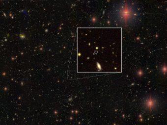 Luce proveniente da uno dei quasar più lontani conosciuti, alimentato da un buco nero supermassiccio che si trova a 13.05 miliardi di anni luce dalla Terra. L'immagine è stata ottenuta dalla Hyper Suprime-Cam montata sul Subaru Telescope. Gli altri oggetti nel campo sono per lo più stelle nella nostra Via Lattea e galassie viste lungo la linea di vista. Crediti: Naoj