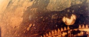Una delle poche immagini che abbiamo della superficie di Venere, scattata nel 1982 dalla sonda sovietica Venera 13. | Roscosmos