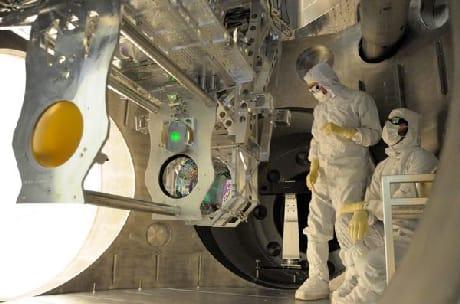 Un momento degli aggiornamenti della strumentazione di LIGO (Cortesia Caltech/MIT/LIGO Lab)