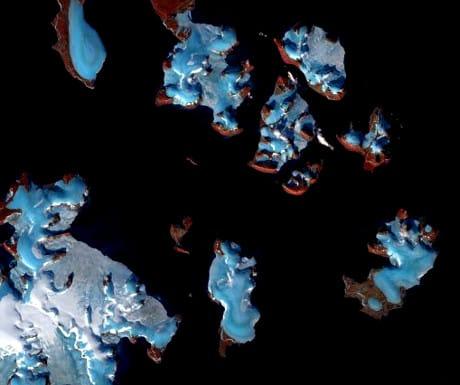 Foto satellitare di isole dell'Artico russo interessate dallo scioglimento dei loro ghiacciai. (Cortesia Copernicus Sentinel https://scihub.copernicus.eu/)