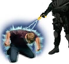 La pistola elettrica Taser provoca una temporanea paralisi