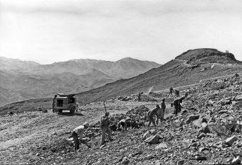 Costruzione della strada nelle vicinanze del picco di La Silla (a destra) nella regione IV del Cile. È' il 1968. Crediti: Eso