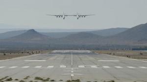 Il gigante dei cieli si avvicina alla pista di atterraggio. | Stratolaunch