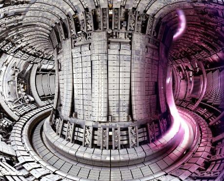 L'interno del Joint European Torus (JET), il più grande reattore a fusione nucleare a confinamento magnetico finora costruito (EUROfusion)