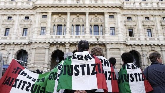 Foto d'archivio: manifestanti e familiari delle vittime dell'amianto dei quattro stabilimenti italiani della multinazionale Eternit davanti alla Corte di Cassazione