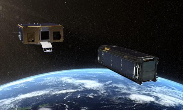 A destra, LightSail 2 con i pannelli solari e le vele ancora non dispiegate. A sinistra, la scatola Prox-1 che lo custodirà dal lancio fino a quando, giunta la destinazione, non lo libererà nello spazio avviando l'apertura dei pannelli solari e il dispiegamento delle vele. Crediti: Josh Spradling / The Planetary Society