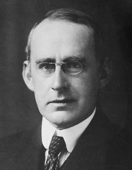 L'astrofisico inglese Sir Arthur Stanley Eddington (1882–1944). Fonte: Wikimedia Commons