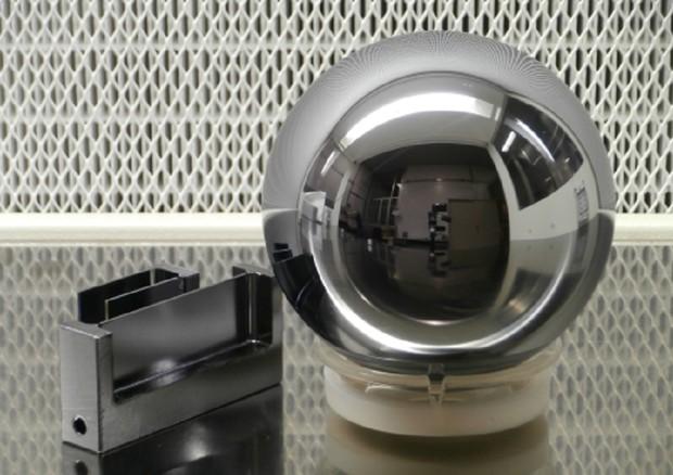 La sfera di silicio utilizzata per determinare il nuovo riferimento per la definizione del chilogrammo (fonte: INRIM) © ANSA/Ansa