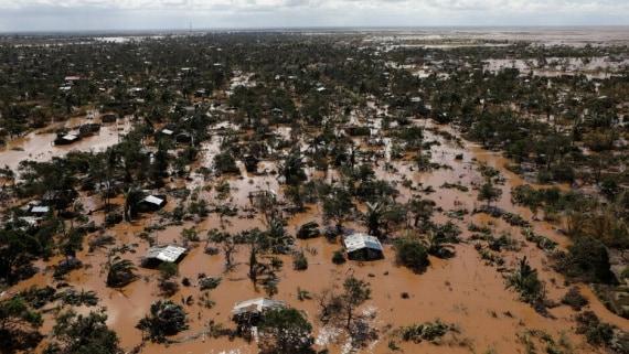 Ciò che resta dopo il passaggio di un uragano sulle coste dell'Africa (nella foto: il Mozambico dopo il ciclone Idai).
