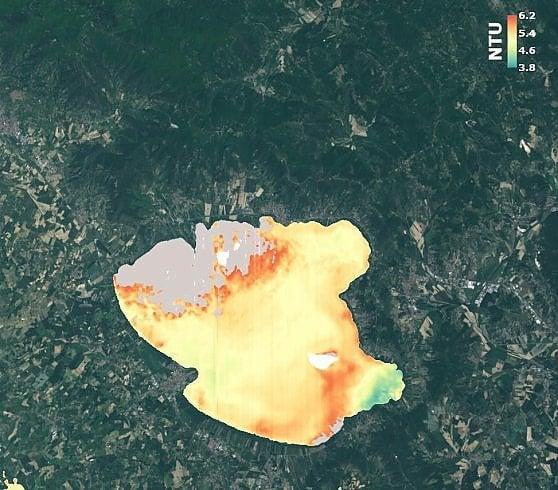 La concentrazione di alghe nel Lago Trasimeno
