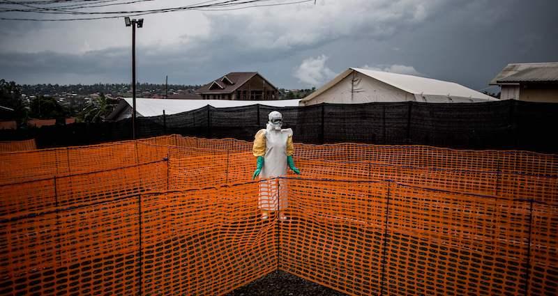 Un operatore sanitario aspetta di visitare un sospetto paziente di Ebola a un centro di Medici Senza Frontiere a Bunia, Repubblica Democratica del Congo, novembre 2018 (John WESSELS/AFP/LaPresse)