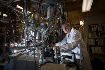 Konstantinos Giapis e il suo reattore in grado di convertire l'anidride carbonica in ossigeno molecolare. Crediti: Caltech