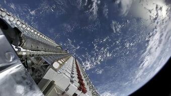 I primi 60 satelliti di Starlink rilasciati nello spazio il 24 maggio 2019. Crediti: Wikimedia Commons